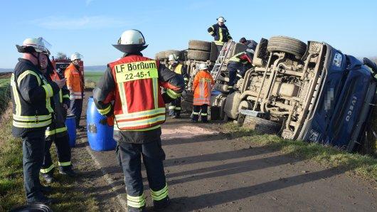 Die Feuerwehr ist nach einem Lkw-Unfall im Kreis Wolfenbüttel im Einsatz.