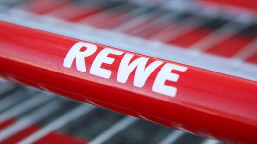Rewe passiert im Prospekt ein peinlicher Fehler. (Symbolbild)