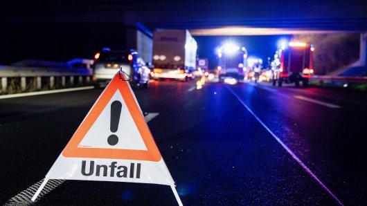 Die unerlaubte Fahrt eines beschädigten Lastwagens auf der A7 bei Hildesheim hat für zahlreiche Folgeunfälle gesorgt... (Symbolfoto)