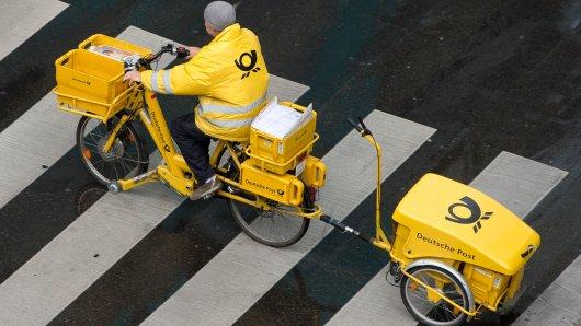 Ein Postbote in Niedersachsen hat offenbar den Briefkasten mit dem Altpapiercontainer verwechselt. (Symbolbild)