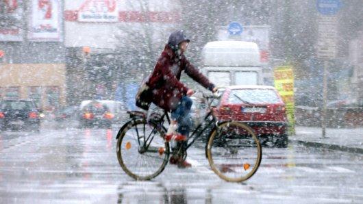 Nach den starken Regenfällen der vergangenen Tage bleibt es in Niedersachsen ungemütlich. Am Mittwoch könnte es Graupelschauer und Schnee geben. (Archivbild)