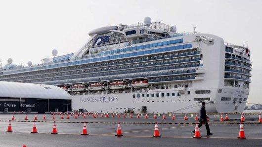 """Zwei Wochen lang bleiben die Passagier an Bord des Kreuzfahrt-Schiffes """"Diamond Princess"""" im Hafen von Tokio in Quarantäne."""