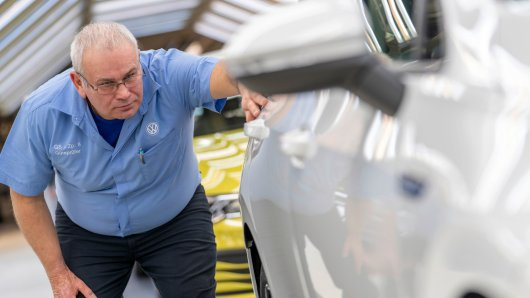 Der größte Autobauer der Welt bekommt nun auch in der Heimat die Coronavirus-Krise deutlich zu spüren: VW unterbricht aufgrund der wachsenden Gefahr für die Belegschaft die Fertigung in vielen Werken...