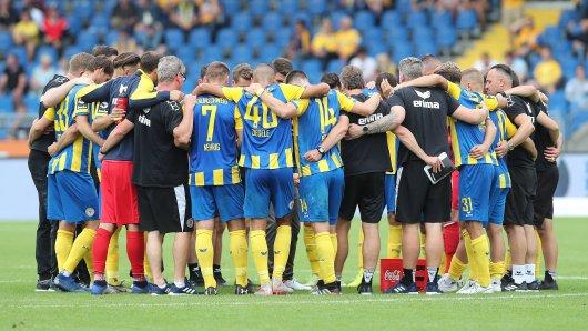 Eintracht Braunschweig - in schweren Zeiten halten die Spieler zusammen. (Archivbild)