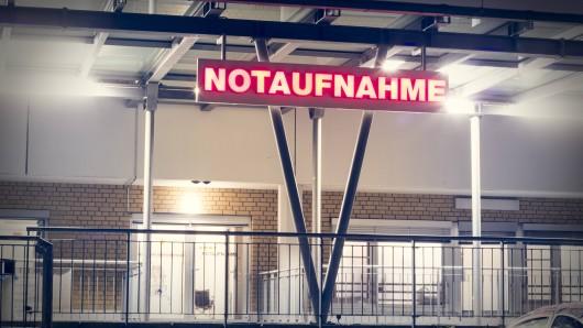 Drei Männer betreten ein Braunschweiger Krankenhaus. Was sie bei sich tragen ist herzergreifend (Symbolfoto).