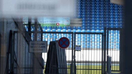 Der geschlossene Eingang des Eintracht-Stadions. Auch in Braunschweig herrscht Corona-Zwangspause. Ende Mai soll aber auch hier der Ball wieder rollen...