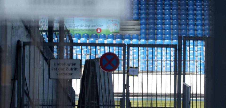 Der geschlossene Eingang des Eintracht-Stadions. Auch in Braunschweig herrscht Corona-Zwangspause. Aber, wie lange noch?