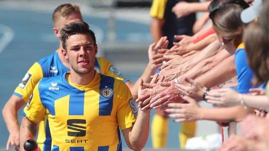 Niko Kijewski in seinem Element. Der Verteidiger von Eintracht Braunschweig vermisst den Rasen und die Fans – vor allem auf die Anhänger muss der 24-Jährige wohl noch länger warten... (Archivbild)