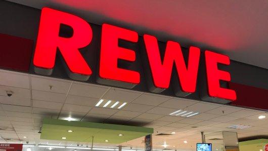 """Ein Mann hat bei Rewe ein Produkt gekauft, das im Nachhinein für reichlich Verwunderung gesorgt hat. Er glaubt: """"Das ist ein sehr seltenes Exemplar. (Symbolbild)"""