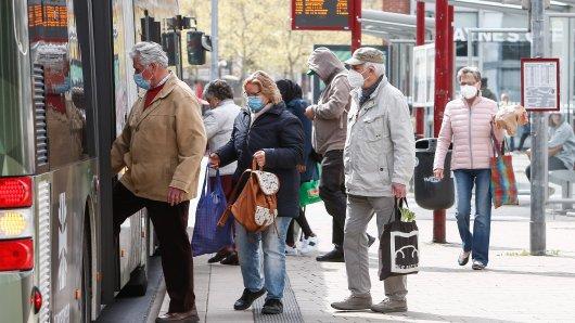 Fahrgäste in Wolfsburg steigen in einen Bus ein. Ab Montag gelten in Niedersachsen etwas gelockerte Corona-Regeln.