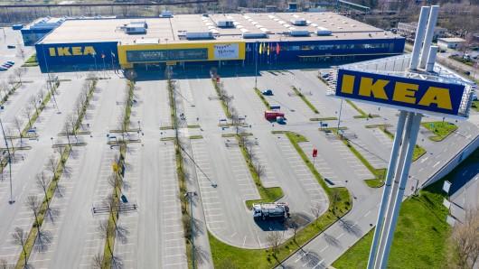 Ikea: Am Sonntag versammelten sich mehrere Hundert Muslime auf dem Parkplatz einer Ikea-Filiale in Hessen. (Symbolbild)