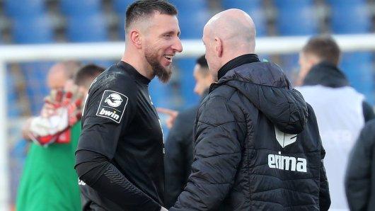 Trainer Marco Antwerpen (links) kann und will sich noch nicht festlegen, ob Stammkeeper Jasmin Fejzic am Samstag gegen die Bayern wieder zwischen den Pfosten steht.