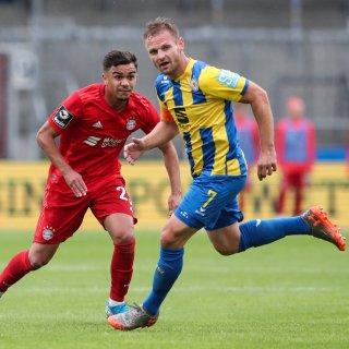 Bernd Nehrig (Eintracht Braunschweig) im Duell mit Bayerns Oliver Batista Meier.