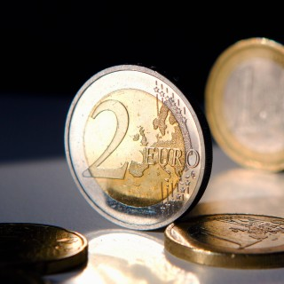 Wer eine seltene Ausgabe einer 2-Euro-Münze in seiner Geldbörse findet, kann sich über einen echten Geldregen freuen. (Symbolbild)