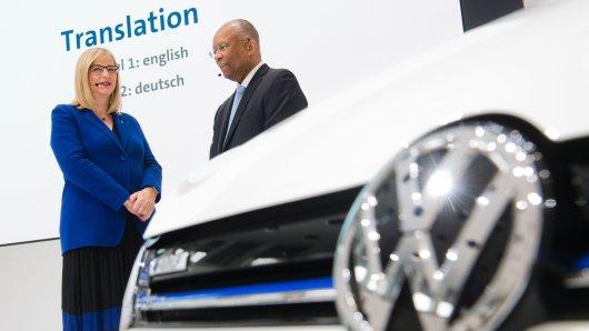 Hiltrud Werner, Vorstand der Volkswagen AG für Integrität und Recht und Larry Dean Thompson, Compliance Monitor und Compliance Auditor der Volkswagen AG, stehen bei einer Pressekonferenz zum Audit-Report im Markenhochhaus im VW-Werk Wolfsburg. (Archivbild)