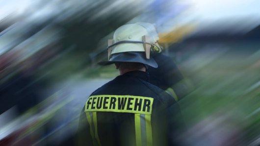 In Halberstadt (Harz) ist ein Feuerwehrmann mit einem Stein beworfen worden. Außerdem wurden die Einsatzkräfte einmal mehr behindert...  (Symbolbild)