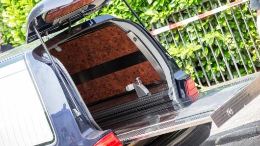 Im Kreis Göttingen hat ein Mann in einem Leichenwagen übernachtet. Das Problem: Morgens kam er nicht mehr raus... (Symbolbild)