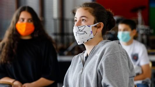 Bei steigenden Corona-Infektionszahlen fordert die FDP in Niedersachsen, dass Schüler auch im Unterricht eine Maske tragen müssen. (Symbolbild)