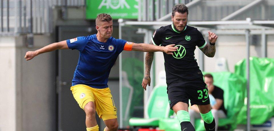 Eintracht Braunschweig gewinnt beim VfL Wolfsburg – hier im Zweikampf: Löwe Martin Kobylanski gegen Wolf Daniel Ginczek