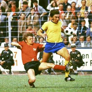 Eintracht Braunschweig trifft an einem Feiertag auf Hannover 96. Hier siehst du eine Szene aus einem Derby im Jahr 1970. Der Braunschweiger Bernd Gersdorff versucht gegen Hannovers Rainer Stiller den Ball zu behaupten.