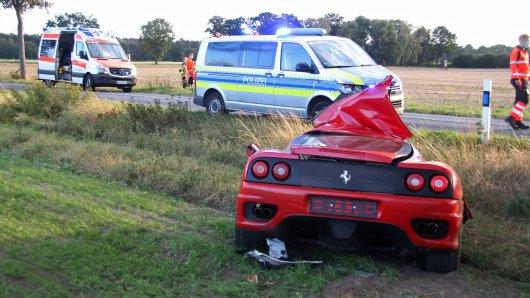 Bei Wasbüttel im Kreis Gifhorn ist ein Ferrari-Fahrer bei einem Unfall ums Leben gekommen. Sein Sportwagen wurde in drei Teile gerissen. Der 38-Jährige wurde bei dem Aufprall aus seinem Ferrari geschleudert.