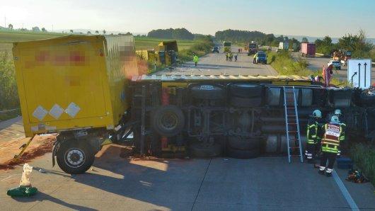 Bei diesem Unfall auf der A7 ist ein Lkw-Fahrer verstorben. Ein weiterer Lkw-Fahrer wurde schwer verletzt.