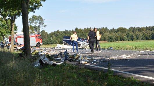 Nach dem Unfall im Landkreis Gifhorn bleibt ein Trümmerfeld zurück.