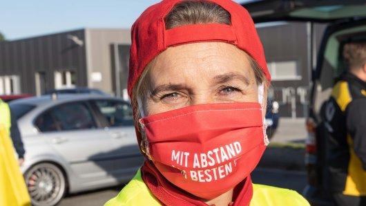 Roswitha MacDonald von Verdi ist eine von etwa 20 Streikenden im Verteilerzentrum der DHL Salzgitter.