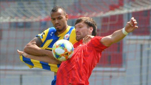Steffen Nkansah (hier noch bei Eintracht Braunschweig) und Ronny König vom FSV Zwickau sind jetzt Teamkollegen.
