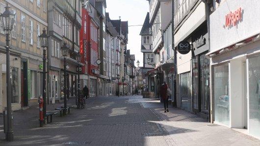 Eine Frau hat bei einem Spaziergang durch Wolfenbüttel ziemlich viel Müll entdeckt. Das macht sie wütend... (Archivbild)