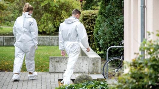 Hannover: Beamte der Spurensicherung betreten ein Mehrfamilienhaus im Stadtteil Bemerode, um den Fundort einer männlichen Leiche zu untersuchen.