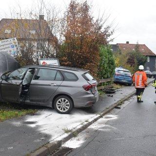 Beide Autos landeten nach dem Zusammenstoß abseits der Straße