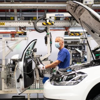 VW sagt überraschend einige Extrasschichten im Stammwerk Wolfsburg wieder ab. (Symbolbild)