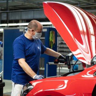 Bei VW in Wolfsburg droht noch länger Kurzarbeit. Beschlossen ist das aber noch nicht. (Archivbild)Möglicherweise haben die VW-Mitarbeiter in diesem Jahr auch längere Weihnachtsferien. (Archivbild)