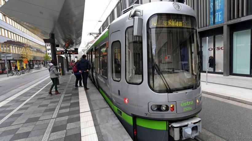 Region Hannover: Stadtbahn erfasst Frau (50) – jetzt kämpft sie um ihr Leben
