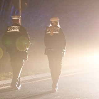 Im Kreis Wolfenbüttel suchten die Polizisten in der Nacht vergeblich nach einem Unfallverursacher. (Symbolbild)