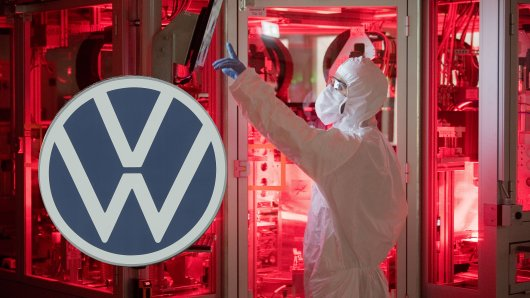 VW bastelt an der Zukunft. Jetzt könnte dem Konzern ein großer Schritt bei der Batteriefertigung gelungen sein...und ER hat seine Finger mit im Spiel. (Archivbild)