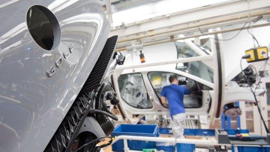VW muss auch für den Februar Kurzarbeit anmelden. Hintergrund ist der Lieferengpass. Gute Nachrichten gibt es dagegen für Volkswagen Mitarbeiter, die Kinder haben... (Archivbild)