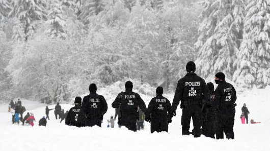 Angesichts des teilweise enormen Besucheransturms im Harz in den zurückliegenden Tagen wird die Polizei am Wochenende verstärkt unterwegs sein. Die Einhaltung der Corona-Eindämmungsverordnung sei genauso im Blick wie die Verkehrssituation.
