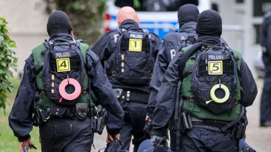 Beamte der Bundespolizei gehen im Rahmen einer Razzia durch ein Wohngebiet. Auch in Salzgitter gab es am Dienstagmorgen einen größerern Einsatz. (Symbolbild)