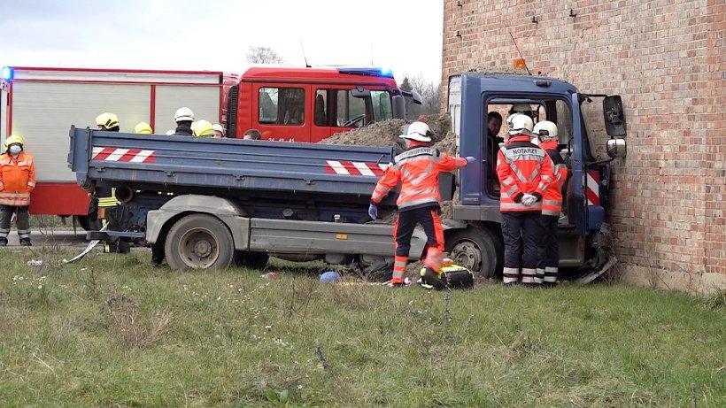Kreis-Helmstadt-Lkw-Fahrer-kracht-in-Scheune-Rettungskr-fte-k-mpfen-um-sein-Leben
