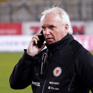 Sport-Geschäftsführer Peter Vollmann verabschiedet zwei Spieler bei Eintracht Braunschweig.