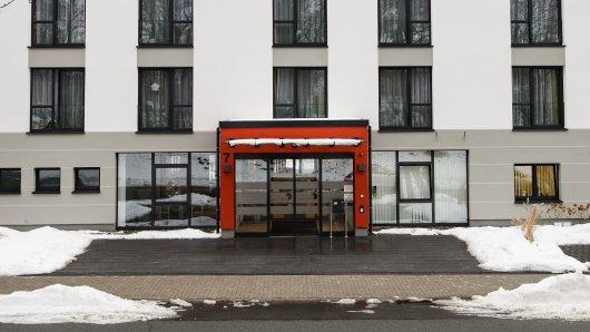 Blick auf den Eingang und das Hauptgebäude der Senioren-Residenz Alloheim. Hier starb die demenzkranke Frau.