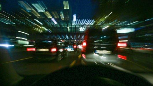 In Niedersachsen hat ein 65-jähriger Autofahrer einen 25-jährigen PKW-Fahrer ausgebremst. Daraufhin begann die Verfolgungsjagd. (Symbolbild)