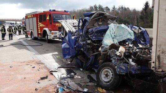 Schwerer Unfall auf der A2: In diesem Wrack starb am Mittwoch ein Mann.