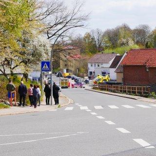 Schaulustige beobachten den harten Fahrradunfall in Salzgitter.