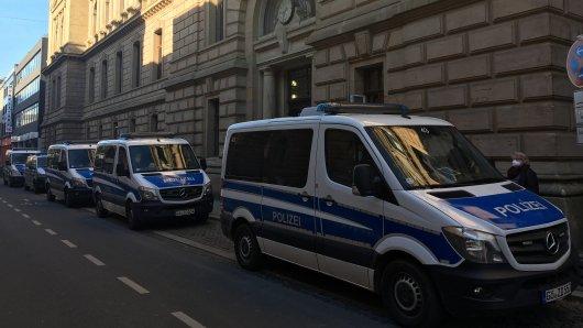 Mehrere Polizeiwagen stehen vor dem Landgericht Braunschweig. Dort begann am Dienstag ein Totschlagsprozess gegen vier Familienmitglieder aus Wolfsburg.