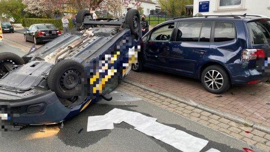 Unfall in Helmstedt: So fanden die Beamten den Wagen inklusive gefangenem Fahrer am Freitag vor.