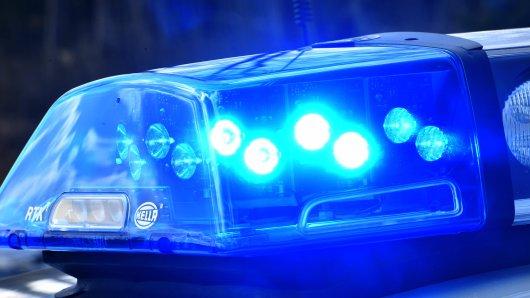 Corona-Party in Salzgitter aufgelöst: Eine Frau geht auf die Polizisten los. (Symbolbild)