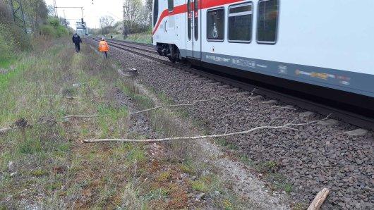 In Schandelah (Wolfenbüttel) mussten mehrere Züge eine Schnellbremsung hinlegen. Unbekannte hatten Gegenstände auf die Gleise gelegt.